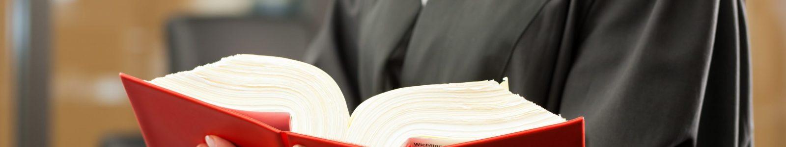 Fachanwältin mit Gesetzbuch